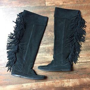 Minnetonka 8 Fringe Boots Black